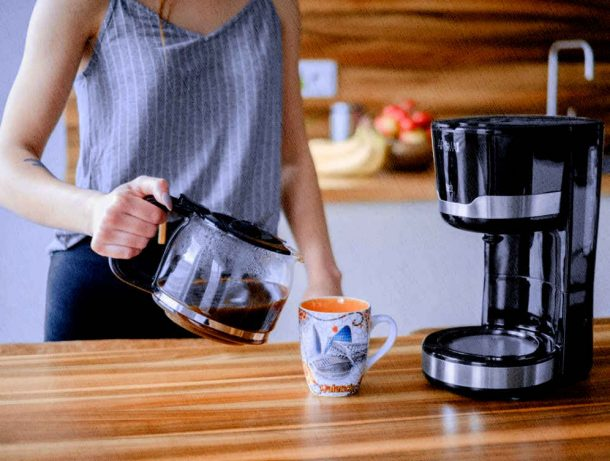 кофеварка капельного типа у девушки дома на кухне 2021 года