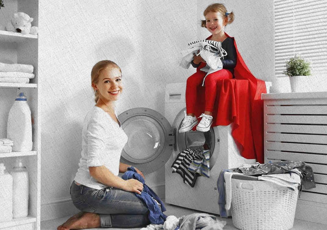 мама и девочка собираются постирать белье в стиральной машине выбранной из рейтинга Ростислава в 2021 году по надежности