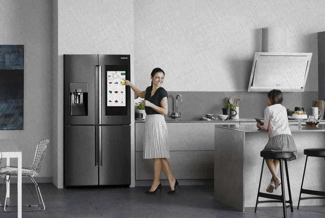 мама с дочкой радуются новому холодильнику лучшему в своем роде из топа лучших Ростислава