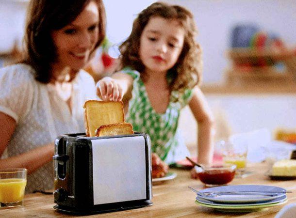 тостер лучший 2021 года стоит на столе на кухне