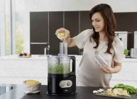 девушка измельчает продукты и овощи в кухонном комбайне из рейтинга 2021 от Ростислава