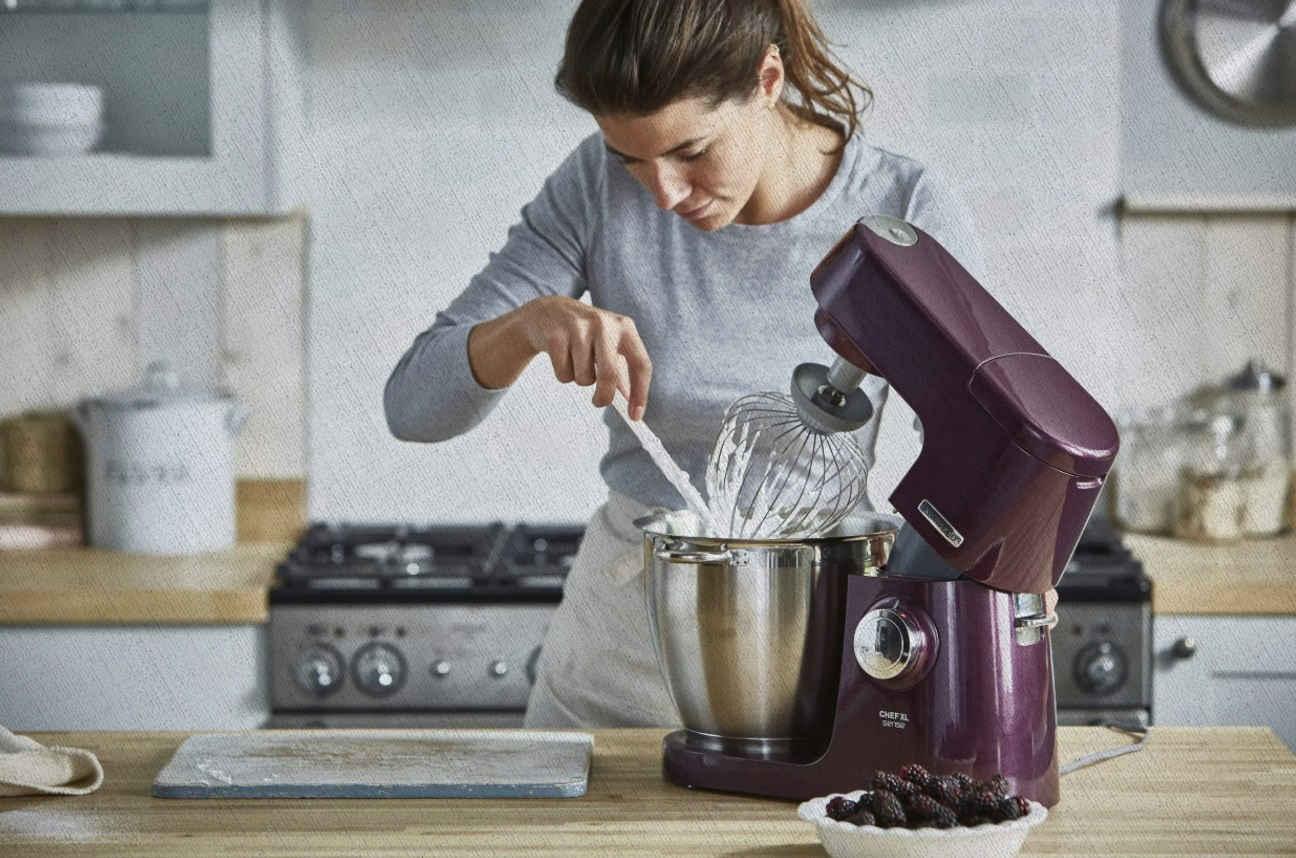 женщина использует по назначению кухонный комбайн из рейтинга лучших за 2021 года от Ростислава