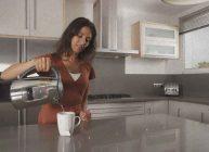 чайником наливают воду в кружку с пакетиком чая девушка присмотрела его в рейтинге Ростислава