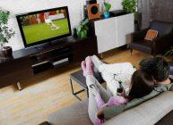 девушка и парень смотрят футбол на лучшем телевизоре 2021 года из рейтинга Ростислава