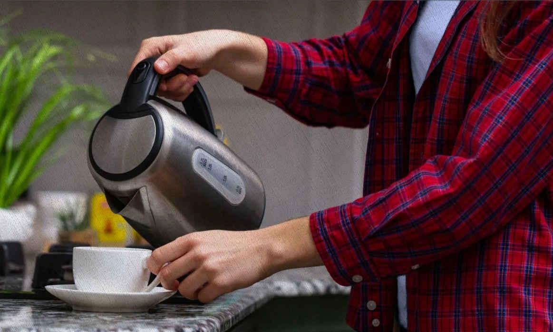 девушка наливает кипяток в кружку из чайника в рейтинге 2021 года от Ростислава Кузьмина