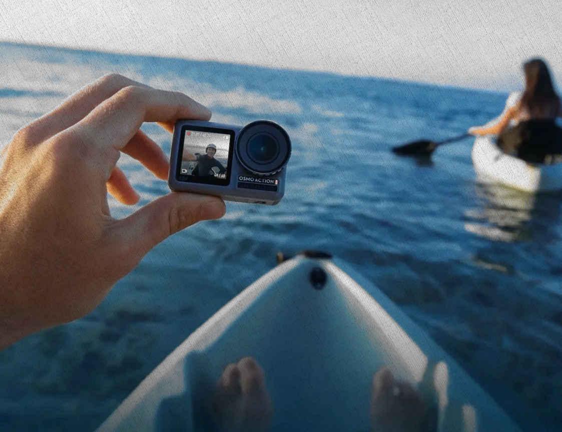 девушка плывёт на байдарке с камерой экшн в руке по рейтингу купленную 2021 года