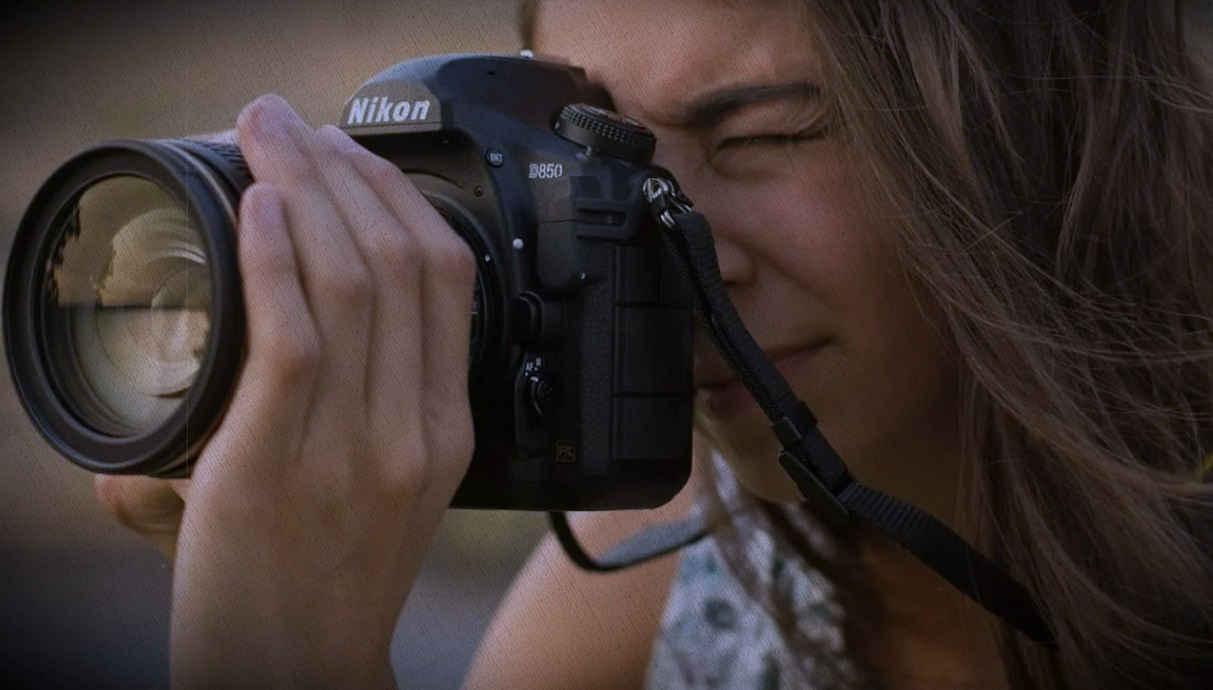 фотоаппарат Никон в руках девушки которая купила его по рекомендации из рейтинга 2021 Ростислава
