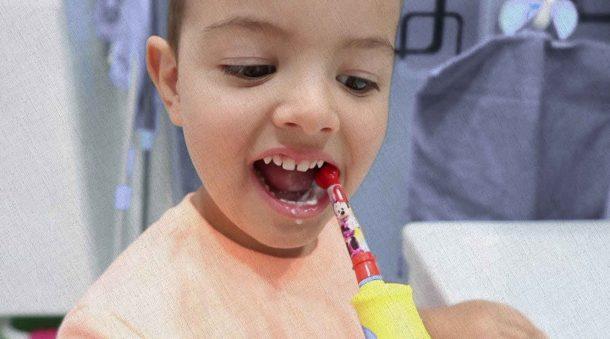 маленькой девочке зубки чистят с помощью электрической зубной щетки из рейтинга 2021 года
