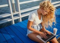 девушка сидит и работает в ноутбуке из топ моделей за 2021 год
