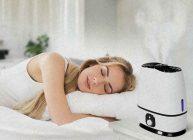 девушка спит а рядом работает увлажнитель воздуха из рейтинга 2021 года