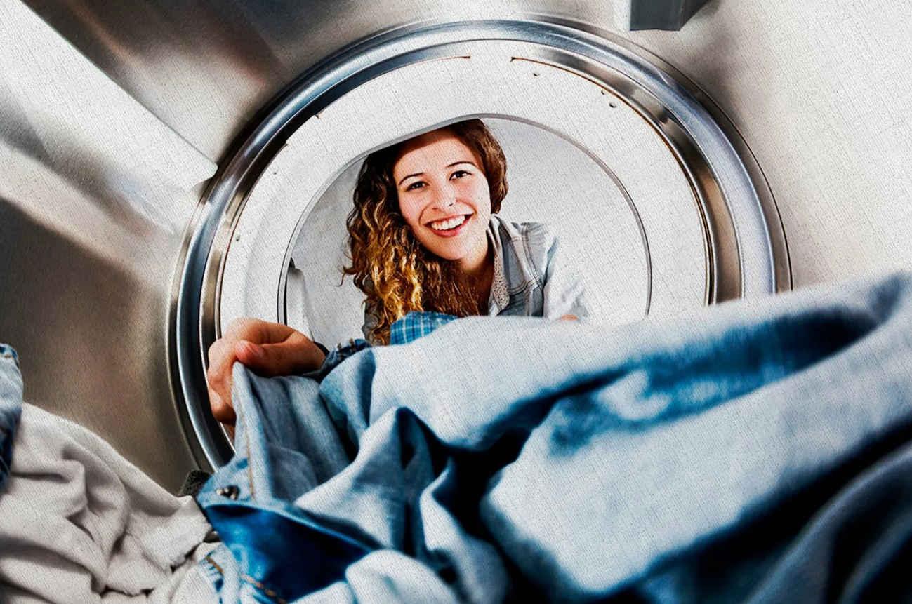 девушка заглянула в стиральную машинку купленную из топа рейтинга 2021 года