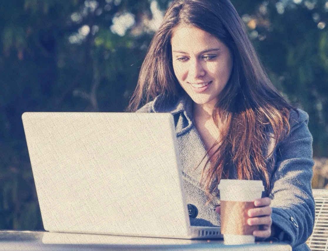 с раннего утра девушка делает уроки для института в ноутбуке который куплен из рейтинга Ростислава Кузьмина