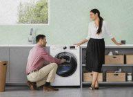 семейная пара хочет постирать белье в стиральной машине купленной из топа Ростислава Кузьмина