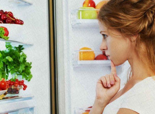 в хорошем холодильнике все хранится дольше поэтому иногда сложно выбрать что выбросить или съесть девушке на голодный желудок