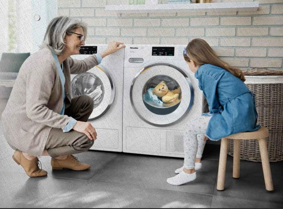 бабушка и внучка ждут пока достираются вещи в стиральных машинах из рейтинга Ростислава Кузьмина за 2021 год