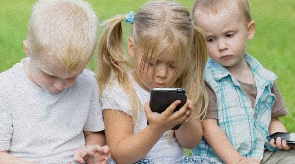 дети переписываются в смартфонах из топа 2021 года в рейтинге Блога Ростислава Кузьмина