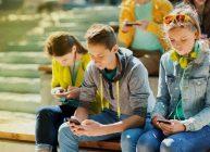 дети старшего возраста сидят в топовых смартфонах 2021 года купленных по рекомендации Ростислава Кузьмина
