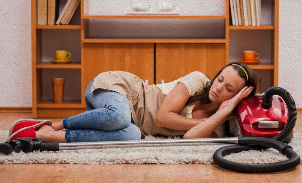 девушка спит так как устала пылесосить проводным пылесосом ей нужен лучший беспроводной в рейтинге Ростислава