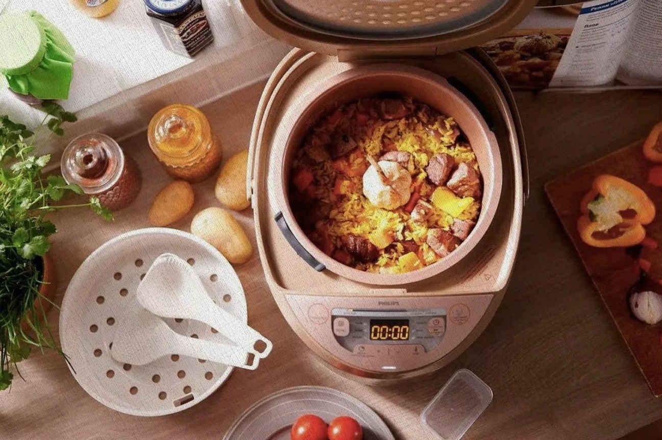 мультиварка использует по назначению у домохозяек дома на кухне по приготовлению пищи