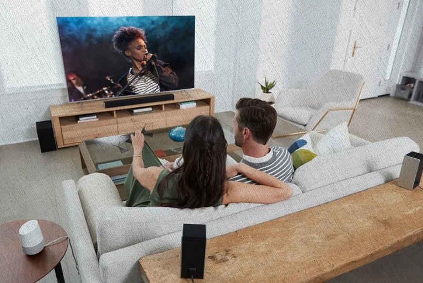 парень и девушка смотрят видео и слушают саудбар лучший из рейтинга Ростислава