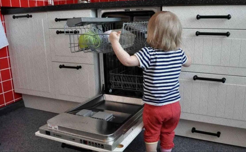 ребенок открыл встраиваемую посудомоечную машину 45 см и заглядывает 2021 года