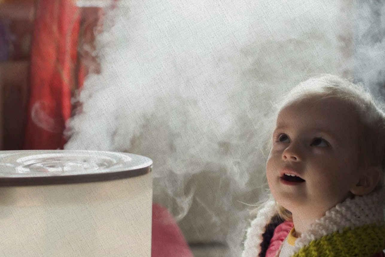 ребенок удивлен парами из увлажнителя воздуха из топа лучших за 2021 год