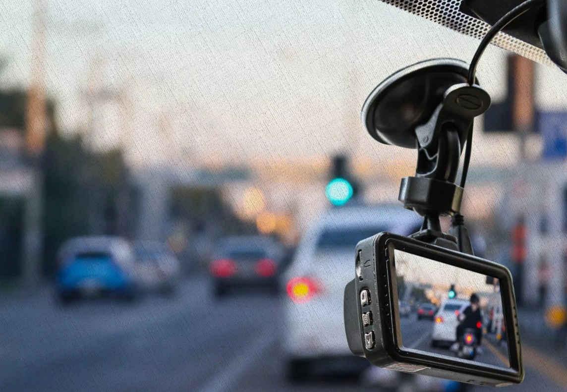 видеорегистратор хорошо передает картинку на экран и записывает видео в автомобиле в 2021 году