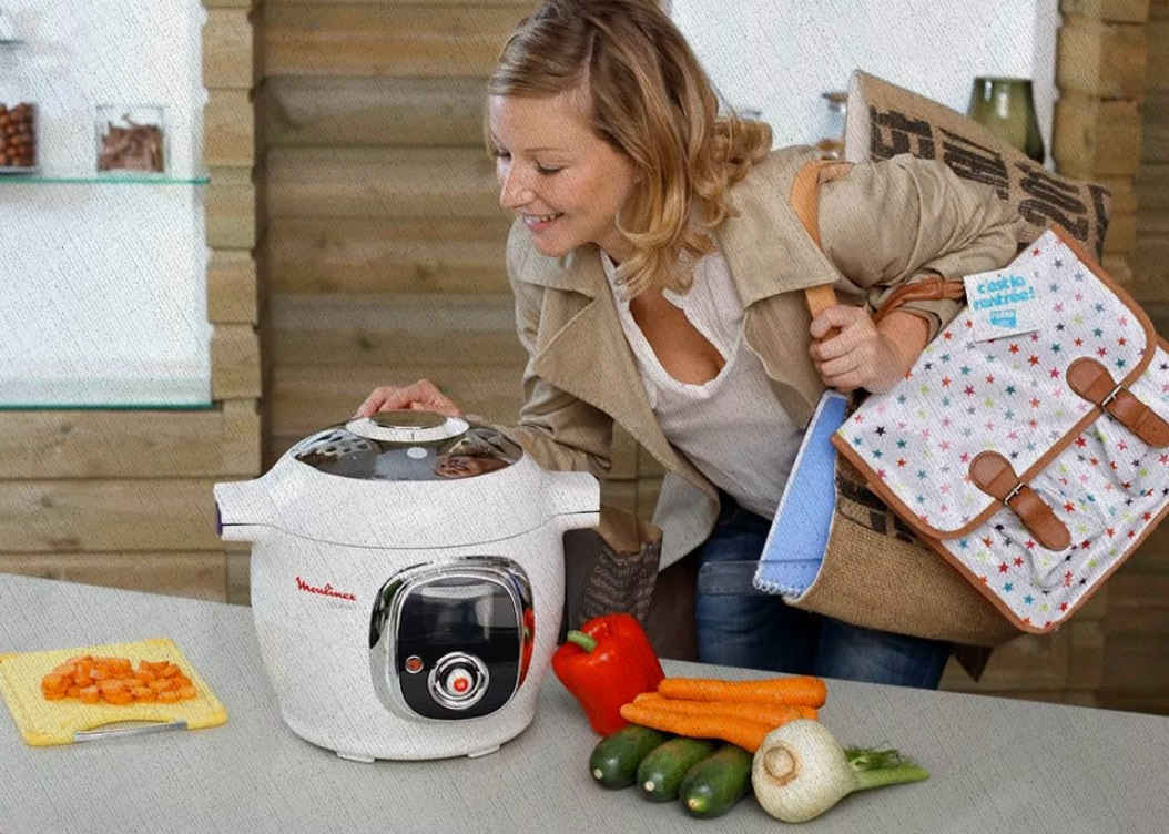 девушка оставляет мультиварку готовить а сама идет за продуктами. в 2021 году так проще делать