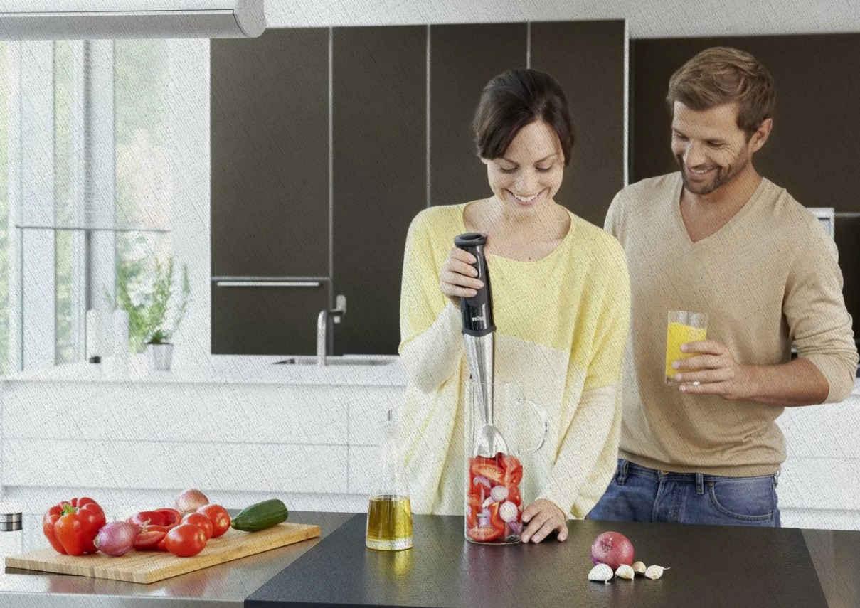 молодая семья готовит на кухне с помощью качественного и недорогого блендера 2021